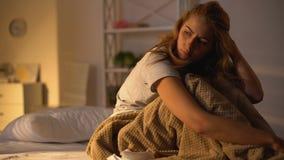 El caer presionada dormido en cama, debilidad de la resaca, melancol?a, holgazaner?a de la mujer almacen de video