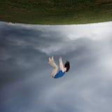 El caer surrealista de la mujer imagenes de archivo