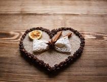 El café adornó el corazón para el día del ` s de la tarjeta del día de San Valentín con el arco Imagenes de archivo