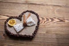El café adornó el corazón para el día del ` s de la tarjeta del día de San Valentín en fondo de madera Fotografía de archivo libre de regalías