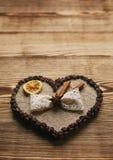 El café adornó el corazón para el día del ` s de la tarjeta del día de San Valentín en fondo de madera Fotos de archivo libres de regalías
