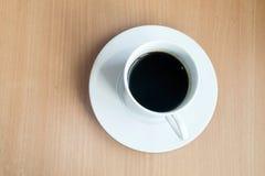 El café caliente en la tabla de madera, trabajo con se relaja Fotografía de archivo