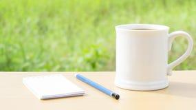 El café caliente por la mañana escribe nuevas ideas imagen de archivo