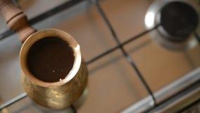 El café casero en estufa metrajes