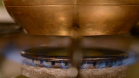 El café casero en estufa almacen de video