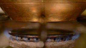 El café casero en estufa almacen de metraje de vídeo