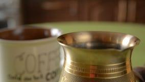 El café casero en tabla almacen de metraje de vídeo