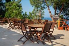 El café de la calle está cerca del mar El concepto de turismo y de reconstrucci?n Fondo fotografía de archivo