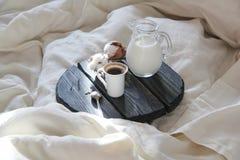 El café de la mañana en la cama y el ` s del sol irradia Imagenes de archivo
