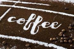 El café de la palabra se escribe en el café molido Fotos de archivo libres de regalías