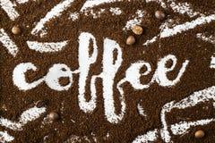 El café de la palabra se escribe en el café molido Foto de archivo