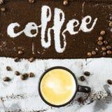 El café de la palabra se escribe en el café molido Imagen de archivo