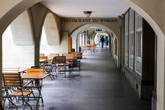 El café del aire libre debajo de arcadas en Berna fotos de archivo libres de regalías
