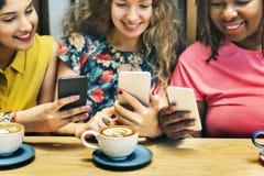 El café del brunch de la vinculación de la feminidad casual socializa concepto fotografía de archivo