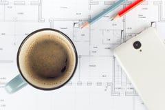 El café dibujó a lápiz smartphone en el proyecto de la casa Imágenes de archivo libres de regalías