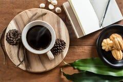 El café en la tabla y wodden foto de archivo