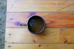 El café en el vidrio de la cáscara natural del coco Fotos de archivo libres de regalías