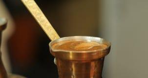 El café está preparado en un jezve Cierre para arriba