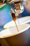 El café express fresco del primer vierte la taza disponible, máquina de café express italiana Cultura del café, fabricación profe fotos de archivo