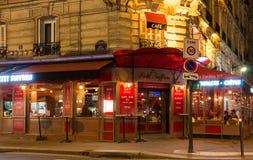 El café francés típico Le Petit Suffren en la noche, París, Francia Imagenes de archivo