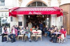 El café francés tradicional Les Chimeres, París, Francia Foto de archivo