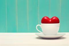 El café llenó de amor en la madera del trullo del estilo del vintage Fotos de archivo libres de regalías