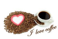El café, los granos de café, el corazón y yo aman el texto del café Imagenes de archivo