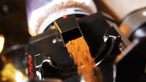 El café molido aromático vertió para preparar bebidas frescas almacen de video