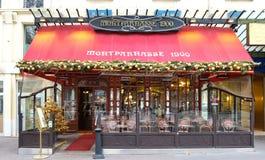 El café parisiense típico Montparnasse adornado para la Navidad en el corazón de París La Navidad es una de la tubería Imagenes de archivo