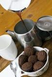 El café perculated fresco vertió en un crisol del café Foto de archivo libre de regalías