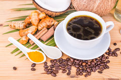 El café a prueba de balas mezcló con el aceite de coco virginal, cúrcuma, cl Fotos de archivo libres de regalías