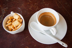 El café sólo con las galletas fijadas y la torta dulce en la tabla de madera, relaja la época de la gente en la cafetería Fotografía de archivo libre de regalías