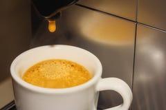 El café sólo vertió en una taza fotos de archivo libres de regalías