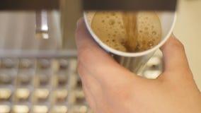 El café sabroso fresco del sabor de la visión superior vierte en la taza de papel almacen de metraje de vídeo