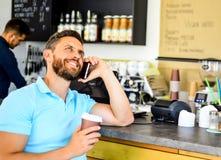 El café se lleva la opción para la gente ocupada Fondo móvil del barista del café de la conversación del hombre Café de la bebida imágenes de archivo libres de regalías