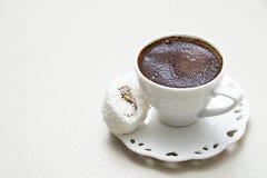 El café turco con el pistacho del chocolate de la crema de la leche condimentó pizca imagen de archivo