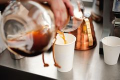 El café vertió en una taza del Libro Blanco fotos de archivo libres de regalías