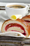 El café y el cruasán con mantequilla y atasco sirvieron en una bandeja del vintage Imagen de archivo