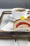 El café y el cruasán con mantequilla y atasco sirvieron en una bandeja del vintage Fotos de archivo