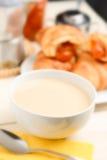 Café y leche - foco del selectiv fotos de archivo