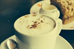 El café y la manzana arrugan la torta Imagen de archivo libre de regalías