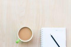 El café y los cuadernos vacian Desayuno por la mañana Imagenes de archivo