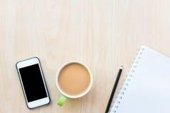 El café y los cuadernos vacian Desayuno por la mañana Fotos de archivo