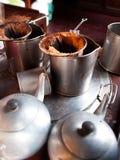 El café y el té antiguos tailandeses preparan el equipo de las herramientas Foto de archivo