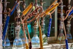 El Cairo, Egipto 30 de abril de 2011: Los tubos de agua de Shisha se alinearon en el estante en un café en El Cairo Foto de archivo libre de regalías