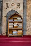 11/18/2018 El Cairo, Egipto, estante con los libros religiosos en árabe en el medio de una gran mezquita imagenes de archivo