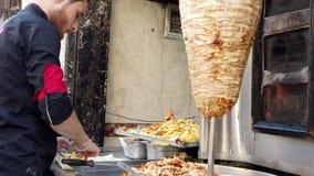 El Cairo, Egipto - 2019-05-03 - Shawarma con las fritadas hechas por el vendedor ambulante almacen de video