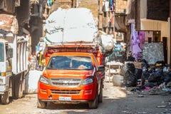 18/11/2018 El Cairo, Egipto, transporte en la calle de la ciudad de la basura entre un manojo de desperdicios y de hedor inacepta imagen de archivo