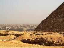 El Cairo y pirámide imagen de archivo libre de regalías