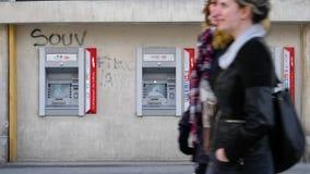 El cajero automático de HSBC de la cámara lenta destruyó Champs-Elysees después de chalecos amarillos metrajes